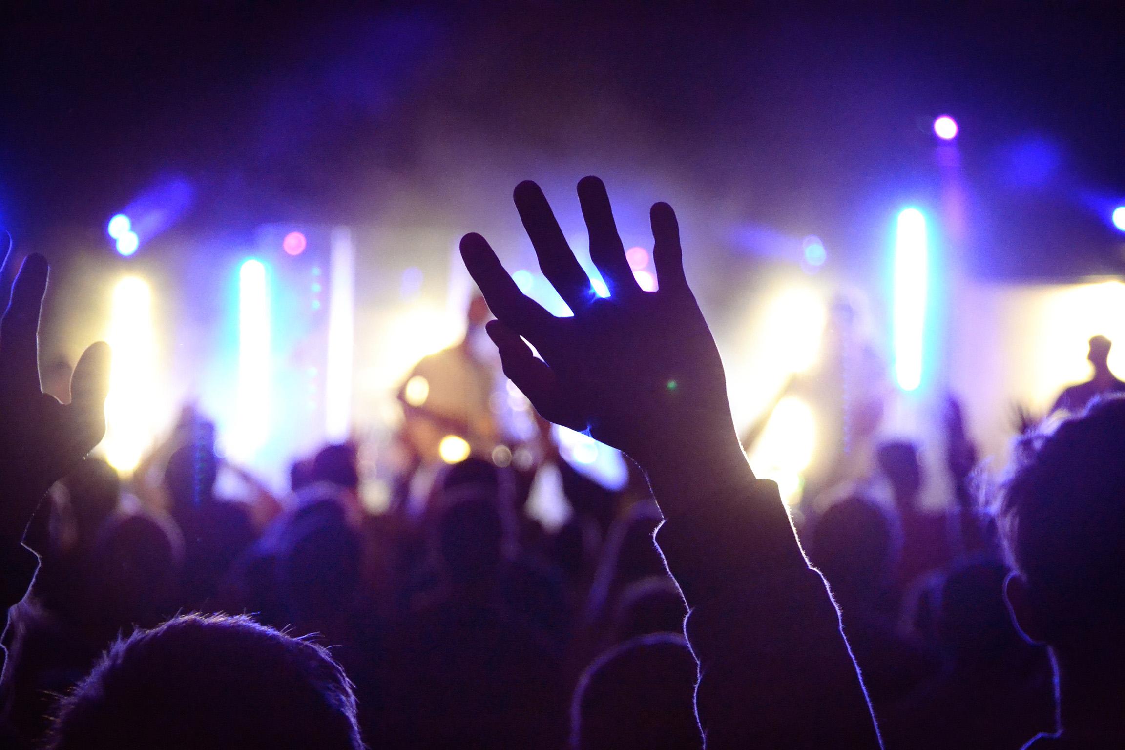 Käsi on kohotettuna ilmaan musiikkikonsertissa.