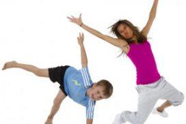 kaksi lasta voimistelee