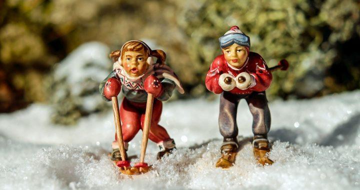 Kuvassa on kaksi hiihtäjäpatsasta lumisessa maisemassa.
